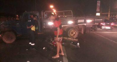Jovem de 21 anos fica gravemente ferido após colisão entre moto e caminhão na BR-135