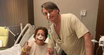 """No hospital, Bolsonaro caminha, tira foto com paciente e Michelle diz: """"Custoso demais"""""""