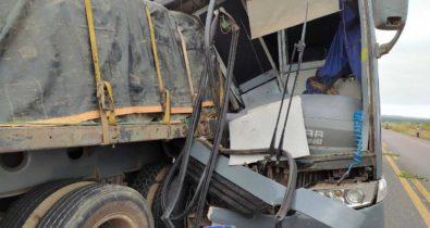Ônibus colide com carreta em Bom Jesus das Selvas