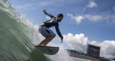 Alerta de tufão deixa surfistas animados