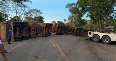Acidente entre duas carretas e uma caminhonete deixa a BR-135 interditada