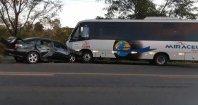 Carro e ônibus de turismo colidem em Caxias