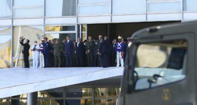 Desfile com carros blindados acontece na Esplanada dos Ministérios