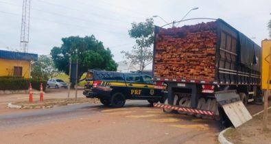 Caminhão com madeira ilegal é apreendido pela Polícia Rodoviária na BR-010