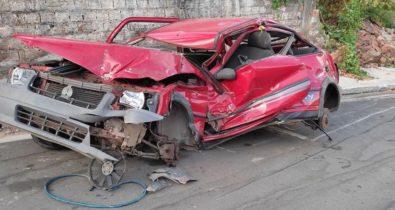 Carro é amassado após carreta desgovernada descer rua de ré em São Luís