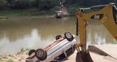 Motorista perde controle em travessia no Rio Itapecuru em Cantanhede
