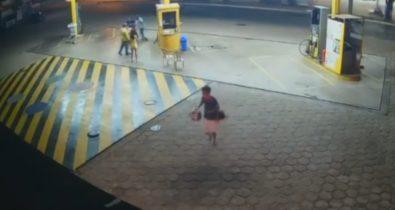 VÍDEO: Bandidos roubam moto em posto e são perseguidos pela Polícia