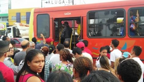 Estudante é baleado dentro de ônibus