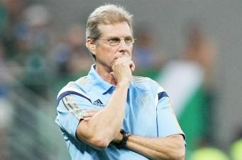 Oswaldo de Oliveira decidiu poupar o zagueiro Victor Ramos e o meia Valdivia