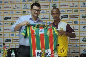 Léo Salino é apresentado oficialmente pelo Sampaio Corrêa
