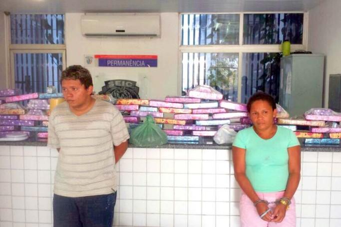 Mãe e filho são presos com 80 tabletes de maconha.
