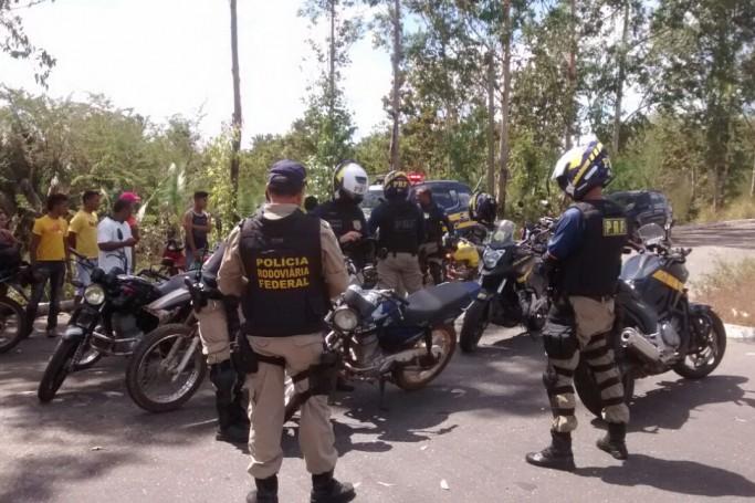 Operação disciplina condutores de motocicleta na BR 222 em Vargem Grande