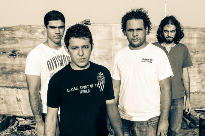A banda formada em fevereiro de 2010 e composta por Flávio Sampaio (vocal), Neto Martins (baixo), Carlos jr. (bateria) e André Felipe (guitarra)