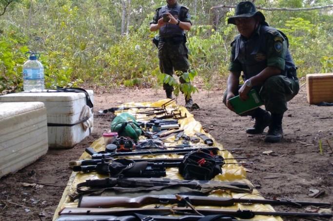 Armas e material apreendido durante a operação