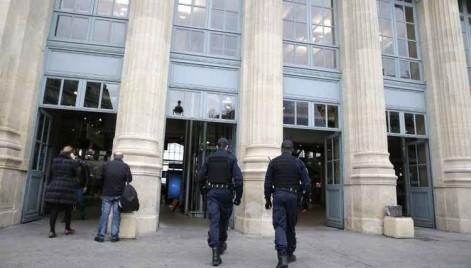 Policiais patrulham a estação Gare Du Nord, um dos alvos dos terroristas na sexta-feira