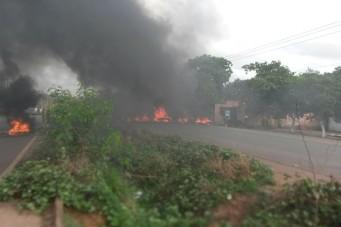 Moradores da Vila Collier bloqueiam a BR 135
