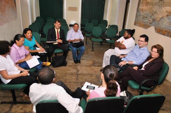 Defensora geral Mariana Albano durante reunião com conselheiros tutelares na sede da DPE