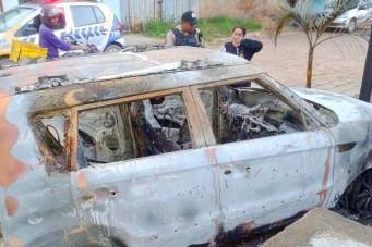 Testemunhas que presenciaram o caso afirmaram à polícia que a ex-mulher do dono do carro colocou fogo no veículo