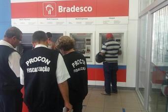 Fiscais do Procon em  ação em uma agência bancária em Caxias.