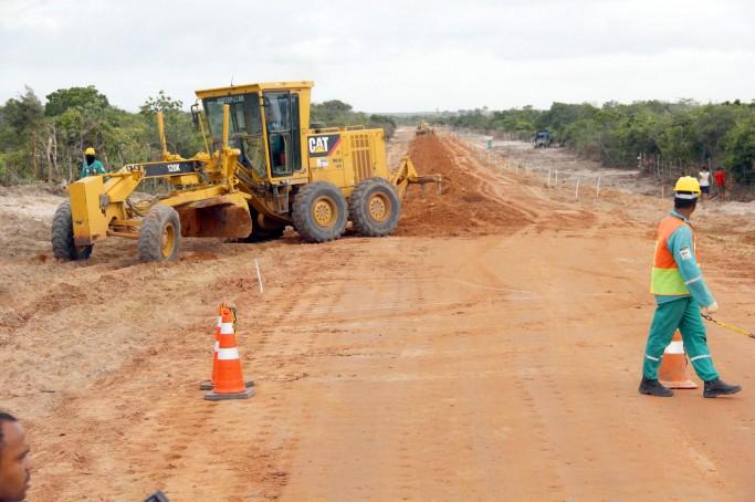 A extensão da rodovia MA-315, via de ligação entre Paulino Neves e Barreirinhas