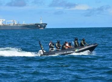 Marinha continua as buscas para encontrar o piloto