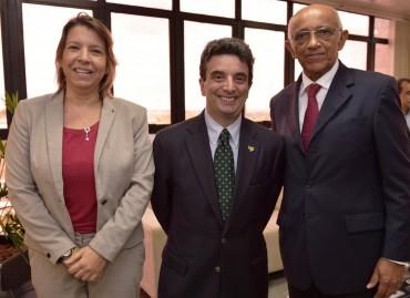 O C�nsul-Geral do Canad�, St�phane Larue, entre gerente de desenvolvimento de neg�cios do escrit�rio comercial do Canad� em Recife, Izabela Duarte, e o Presidente da FIEMA, Edilson Baldez (d).
