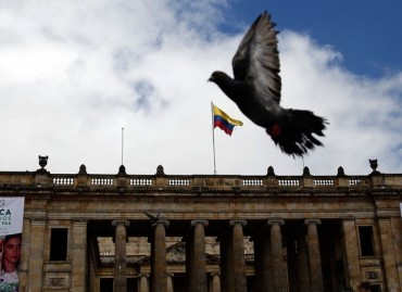 Pomba voa sobre a Pra�a Bol�var em Bogot�, na Col�mbia (Fernando Vergara/AP)