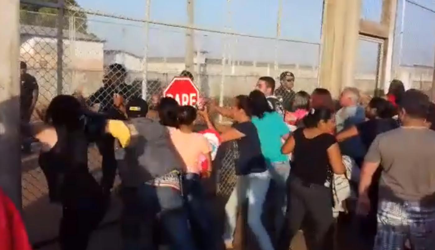 17/10 - Rebelião em Presídio de Roraima deixa 25 mortos.