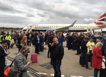 Nenhum avi�o decolou ou aterrizou desde cerca das 16h, quando o alarme foi acionado