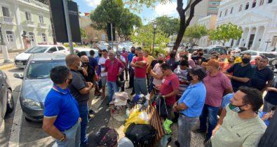 Após anuncio de reunião, rodoviários se reúnem em frente à sede da Prefeitura